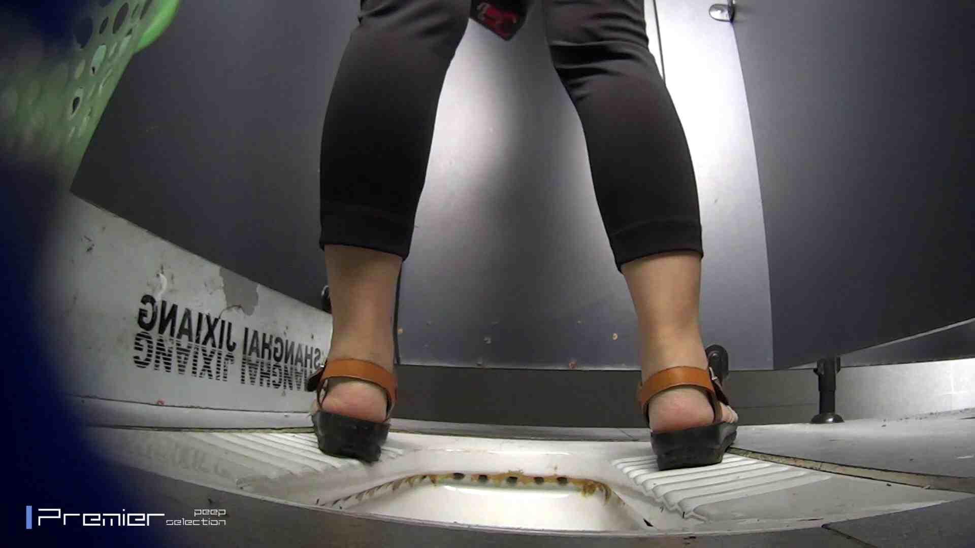 夏全開!ハーフパンツのギャル達 大学休憩時間の洗面所事情44 盗撮  70PIX 25