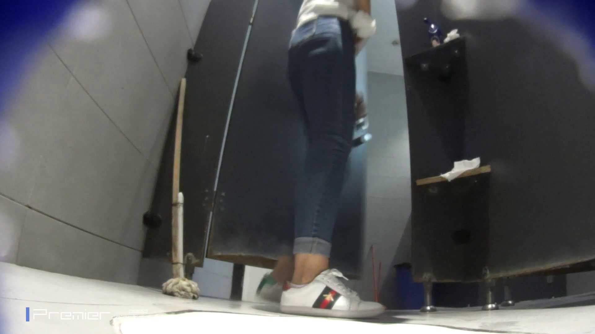 派手なスニーカーの女の子 大学休憩時間の洗面所事情63 美肌  51PIX 1