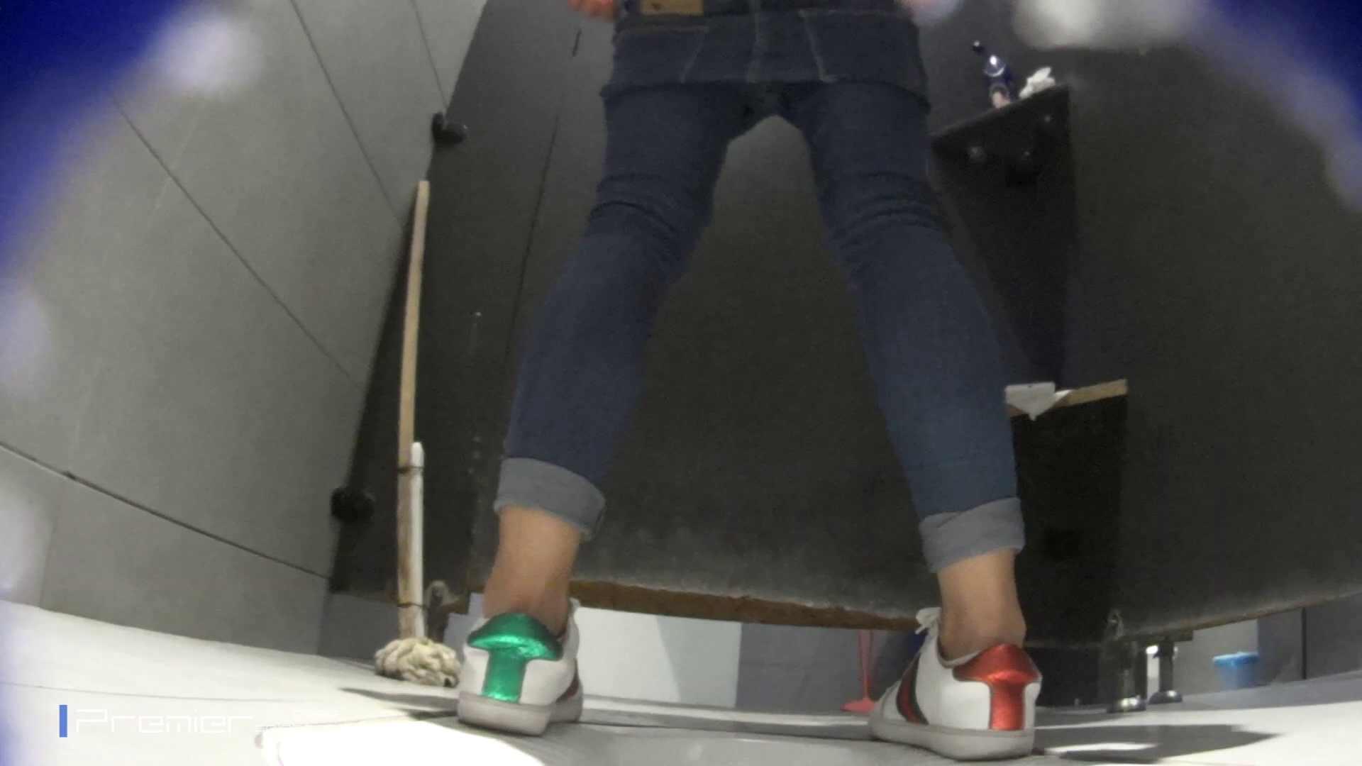 派手なスニーカーの女の子 大学休憩時間の洗面所事情63 美肌  51PIX 9