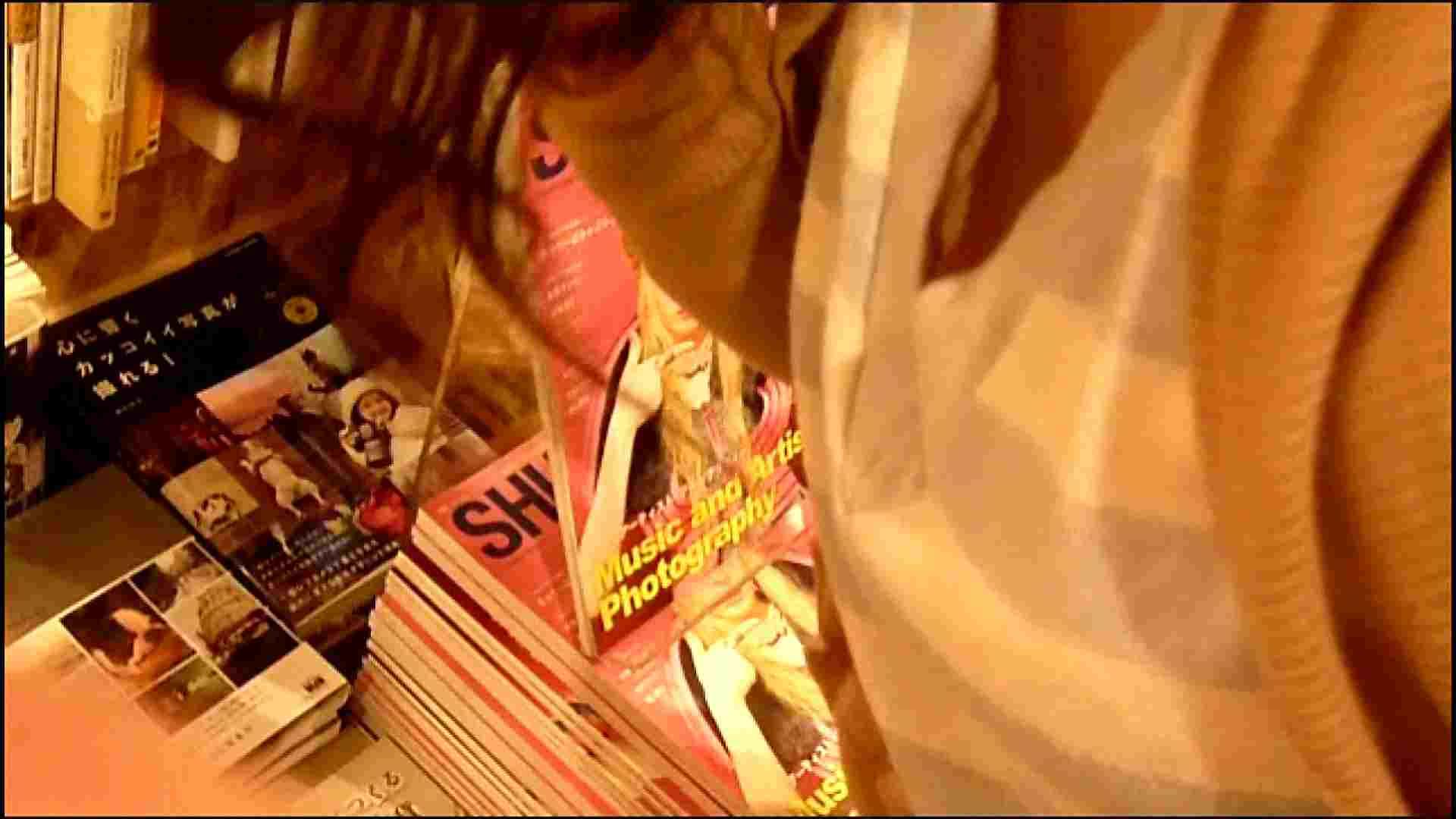 NO.3 某イオNN店内のエレベーター前でケータイに夢中な女の子 胸チラ  80PIX 70