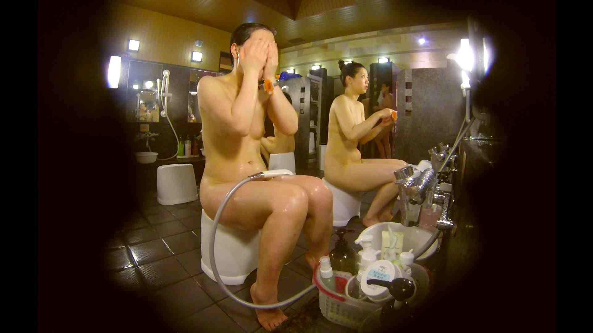 オムニバス!洗い場、通路など色々な裸体が見れてお得です。