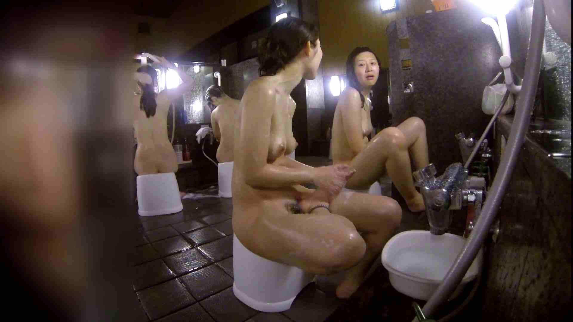 洗い場!地味目の女の子2人組。ずっと話しながら洗ってます。 細身  80PIX 35