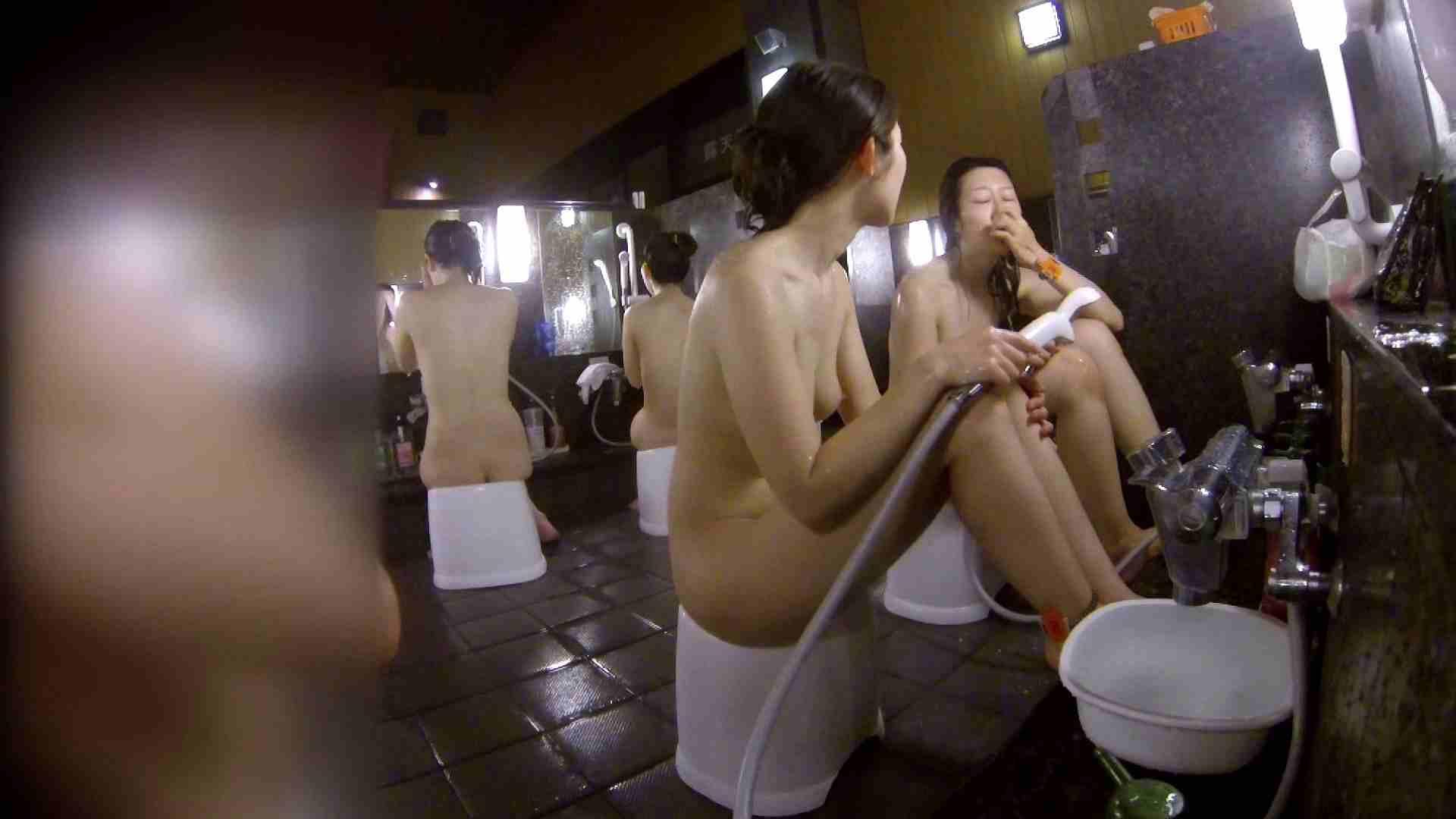 洗い場!地味目の女の子2人組。ずっと話しながら洗ってます。 細身  80PIX 61