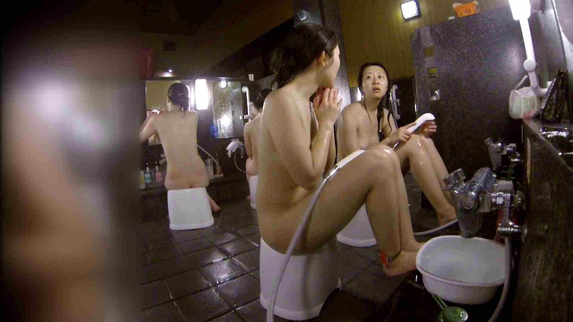 洗い場!地味目の女の子2人組。ずっと話しながら洗ってます。 細身  80PIX 74