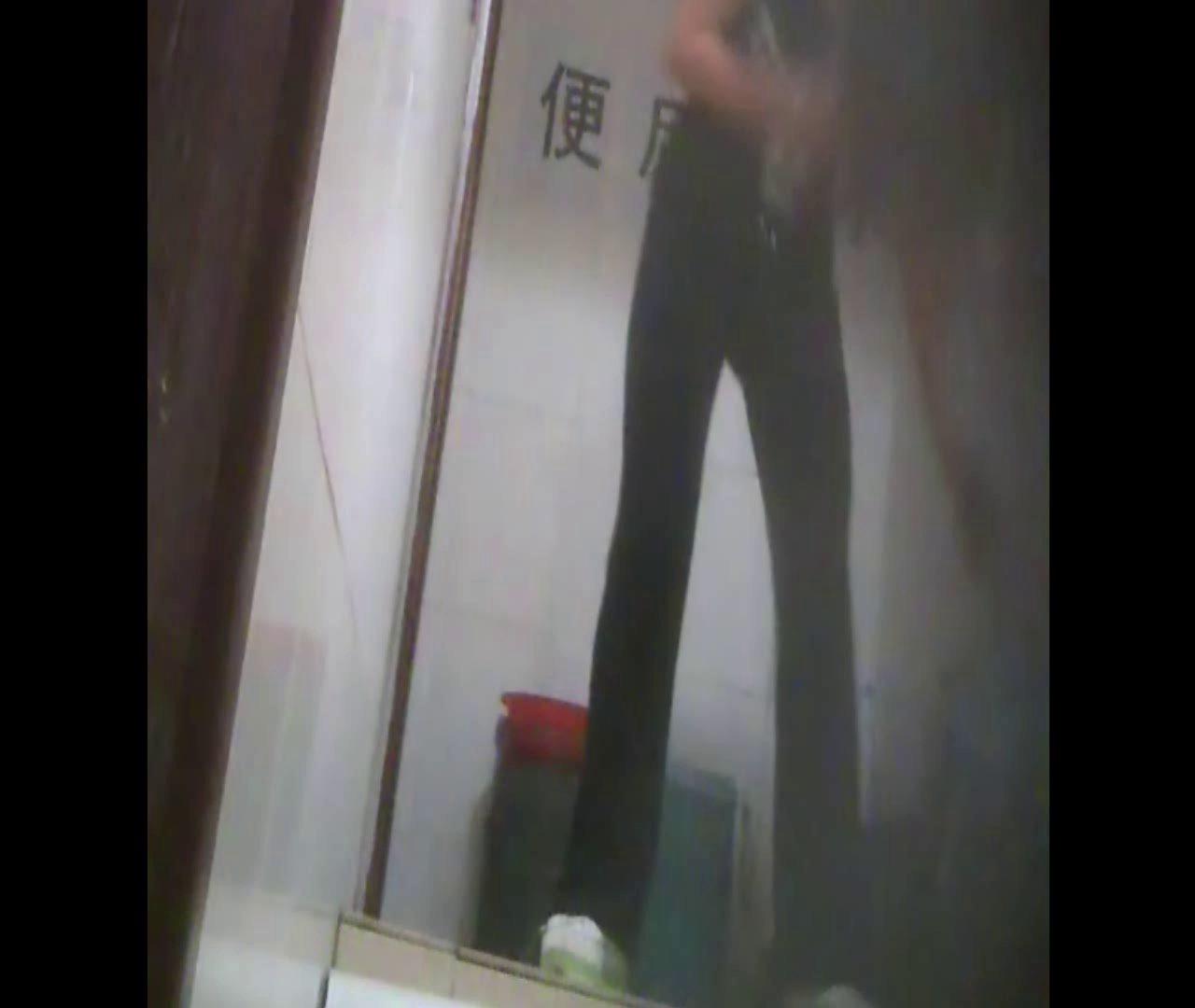 Vol.08 イケイケ風おねぇさんは用を足しながら携帯でお顔チェック! 洗面所  103PIX 12