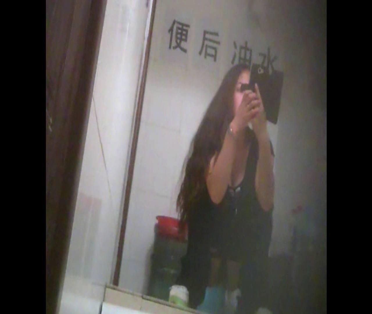 Vol.08 イケイケ風おねぇさんは用を足しながら携帯でお顔チェック! 洗面所  103PIX 25