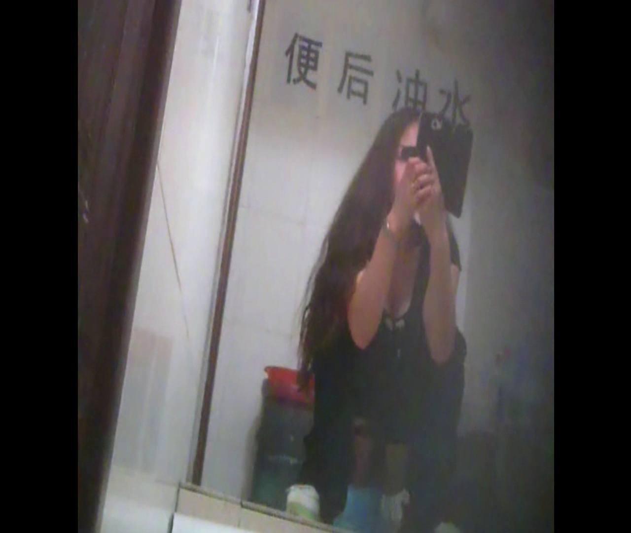 Vol.08 イケイケ風おねぇさんは用を足しながら携帯でお顔チェック! 洗面所  103PIX 31