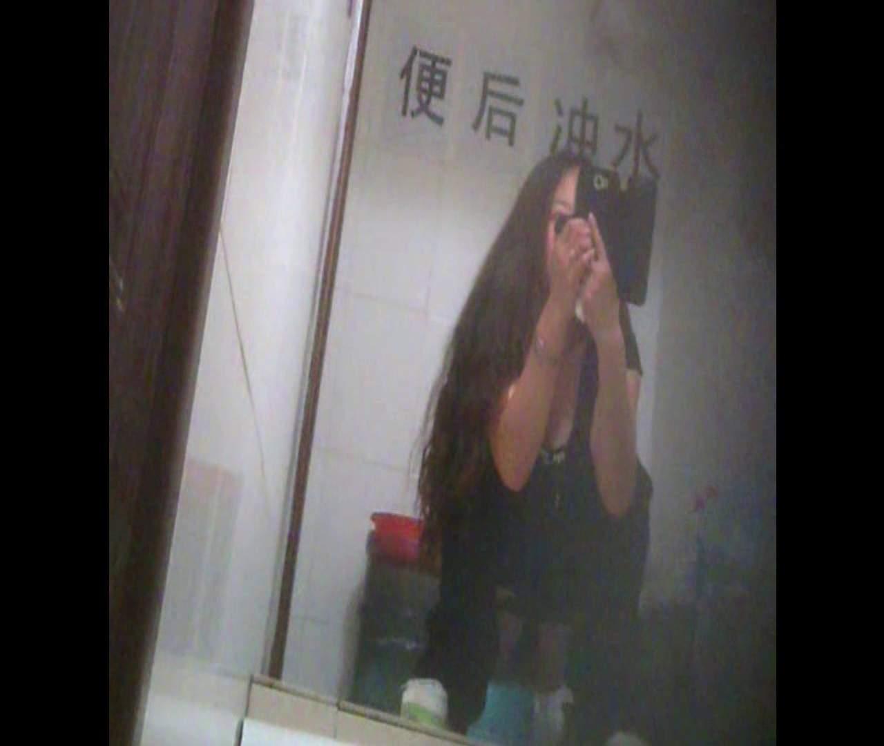 Vol.08 イケイケ風おねぇさんは用を足しながら携帯でお顔チェック! 洗面所  103PIX 37