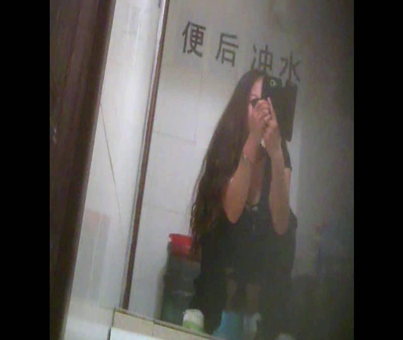 Vol.08 イケイケ風おねぇさんは用を足しながら携帯でお顔チェック! 洗面所  103PIX 39