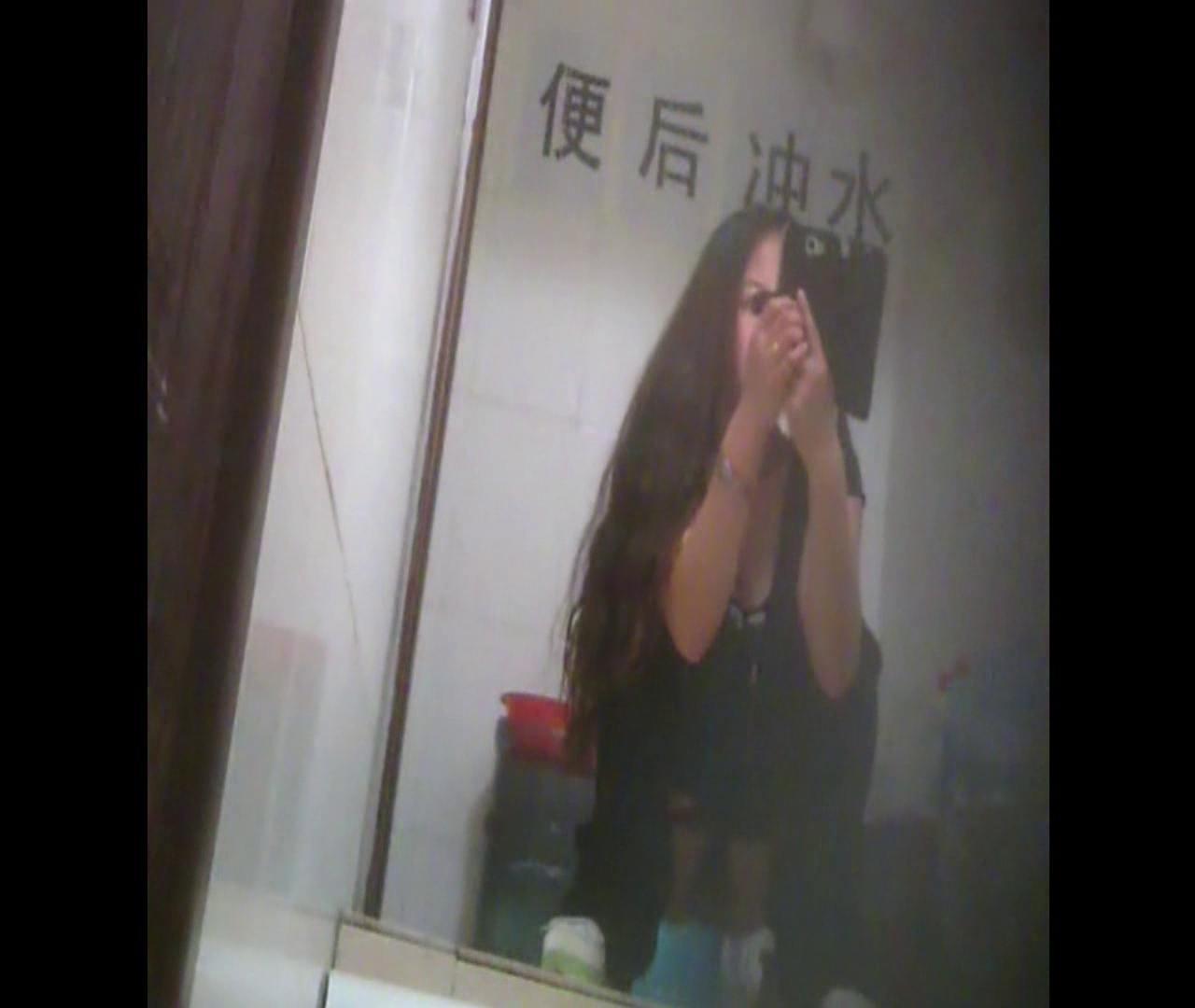 Vol.08 イケイケ風おねぇさんは用を足しながら携帯でお顔チェック! 洗面所  103PIX 40