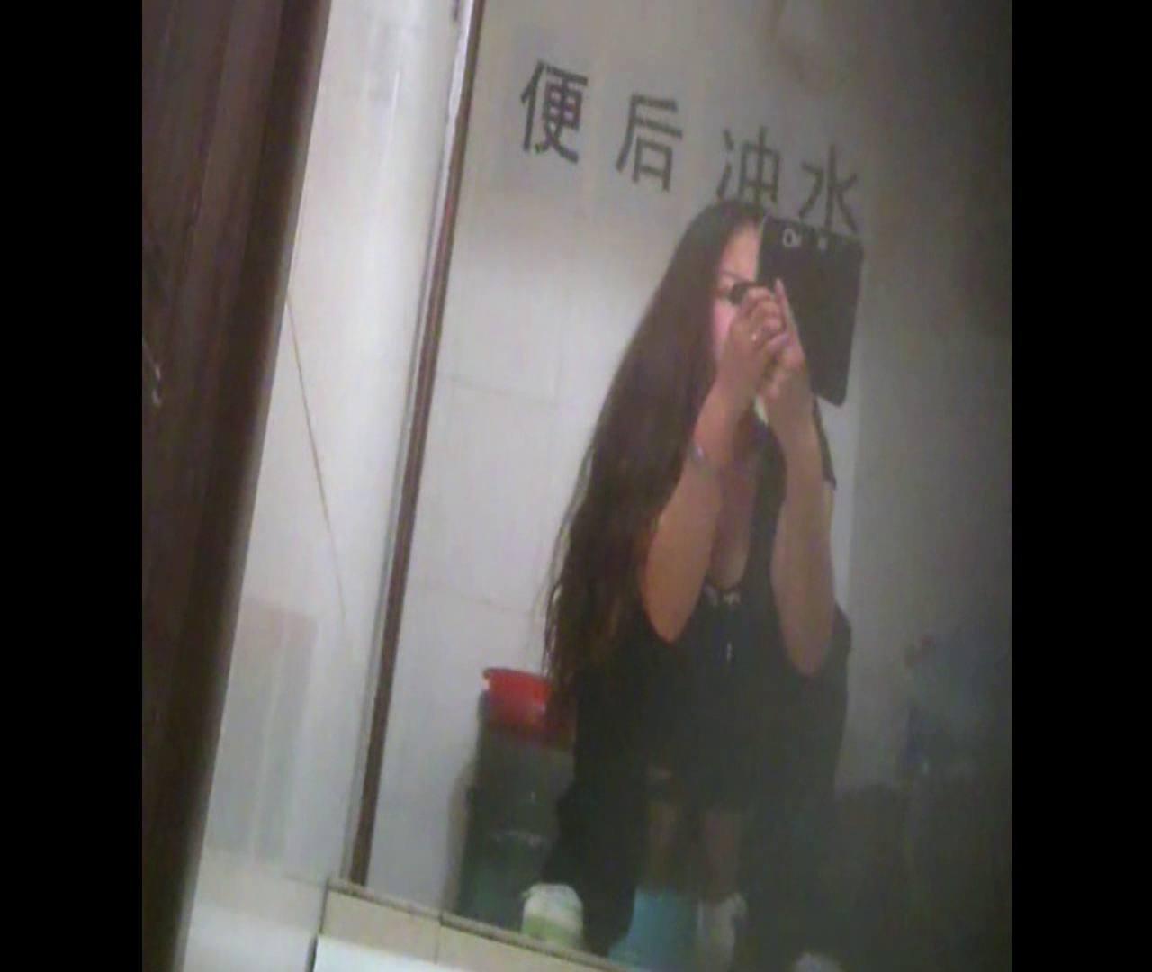 Vol.08 イケイケ風おねぇさんは用を足しながら携帯でお顔チェック! 洗面所  103PIX 41