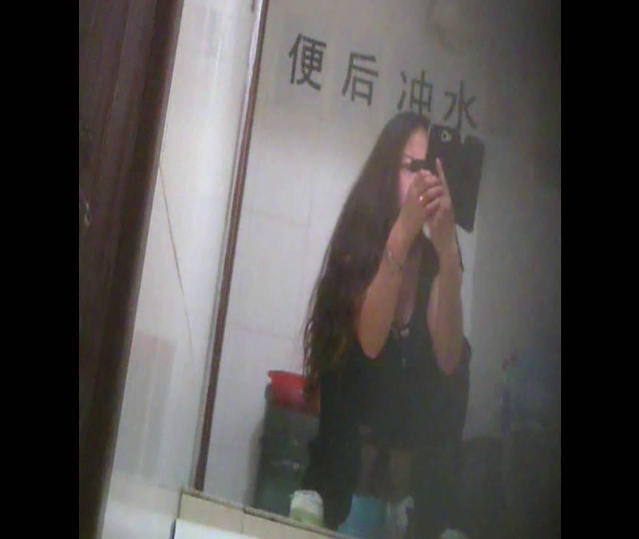 Vol.08 イケイケ風おねぇさんは用を足しながら携帯でお顔チェック! 洗面所  103PIX 46