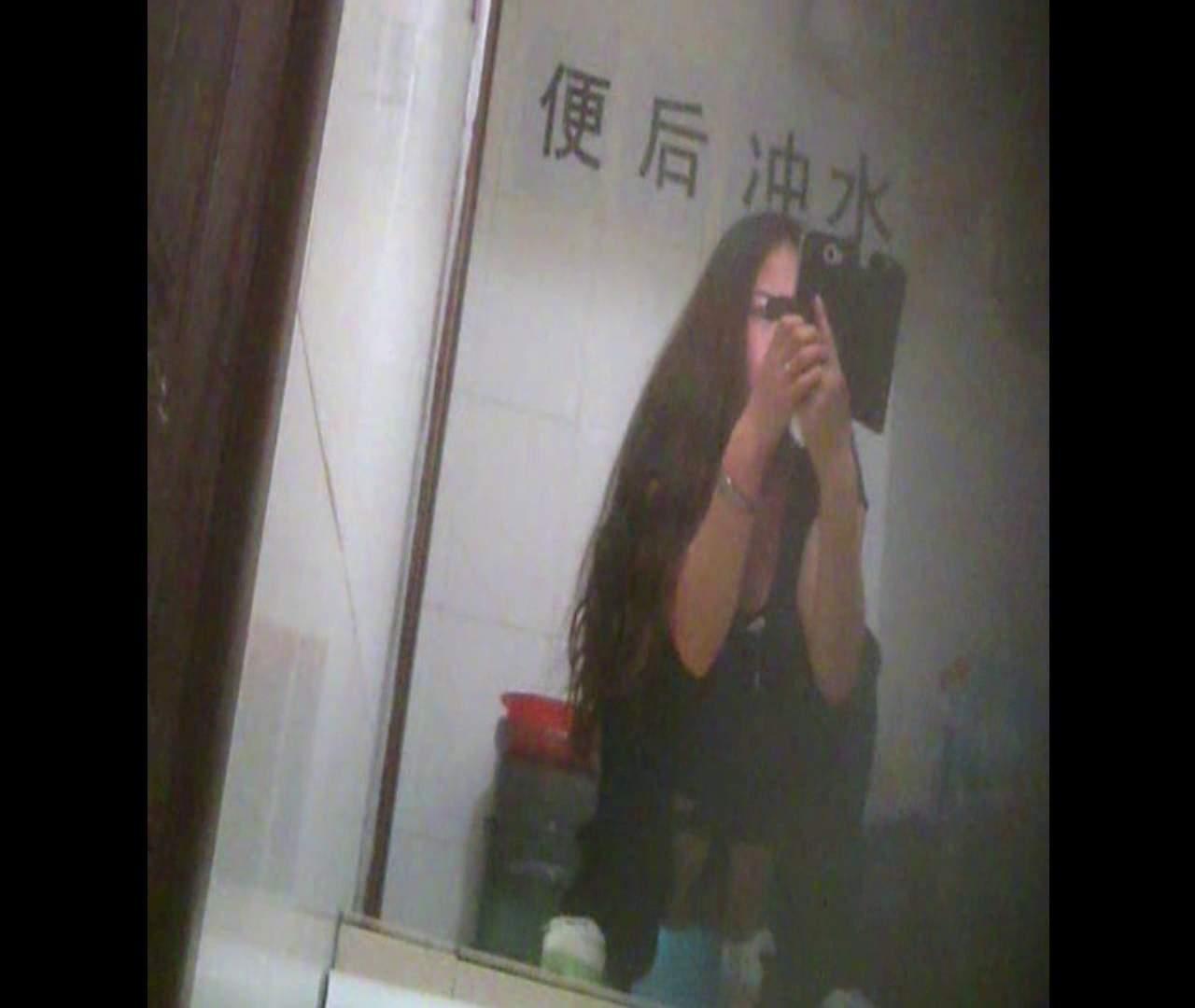 Vol.08 イケイケ風おねぇさんは用を足しながら携帯でお顔チェック! 洗面所  103PIX 50