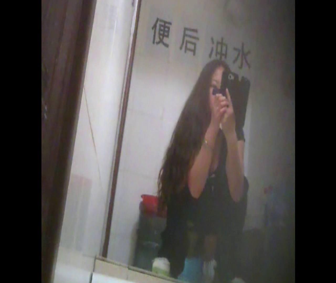 Vol.08 イケイケ風おねぇさんは用を足しながら携帯でお顔チェック! 洗面所  103PIX 57