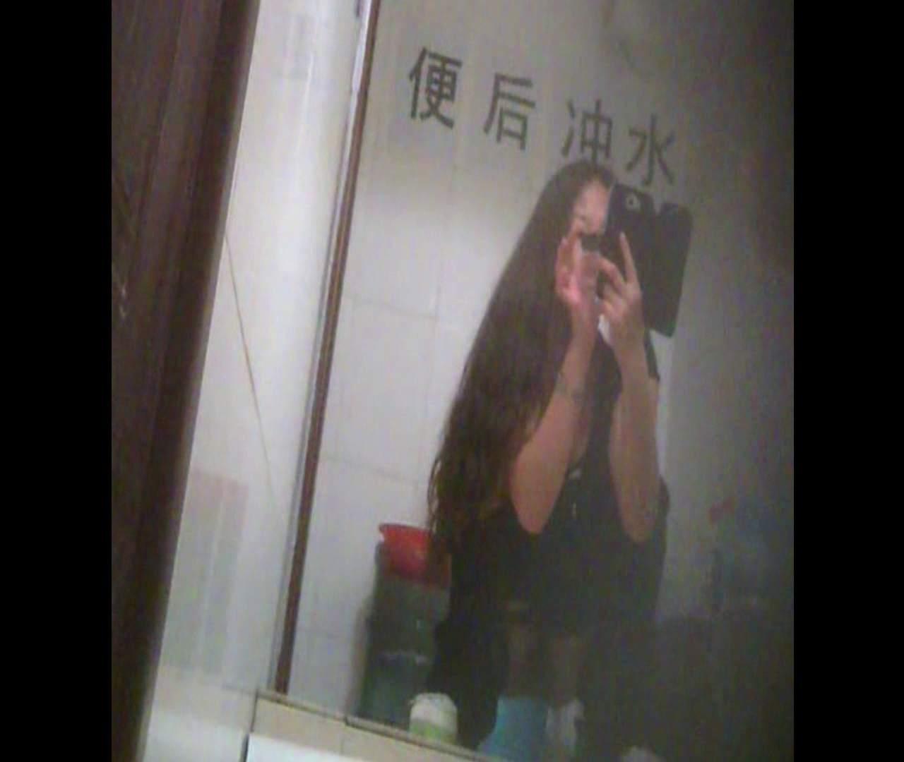 Vol.08 イケイケ風おねぇさんは用を足しながら携帯でお顔チェック! 洗面所  103PIX 59