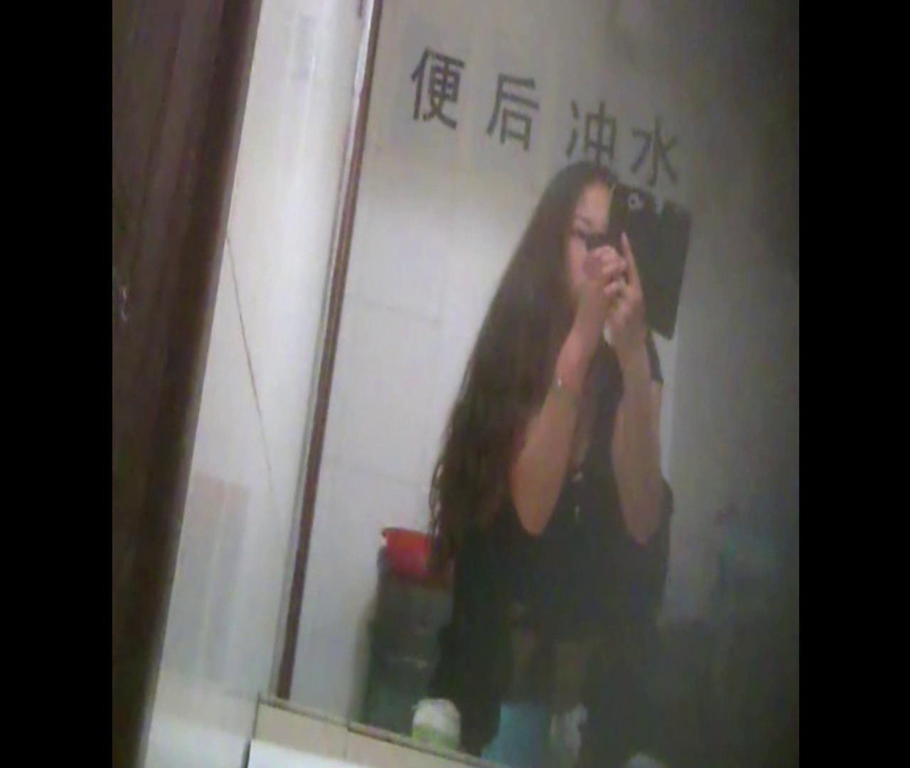 Vol.08 イケイケ風おねぇさんは用を足しながら携帯でお顔チェック! 洗面所  103PIX 61
