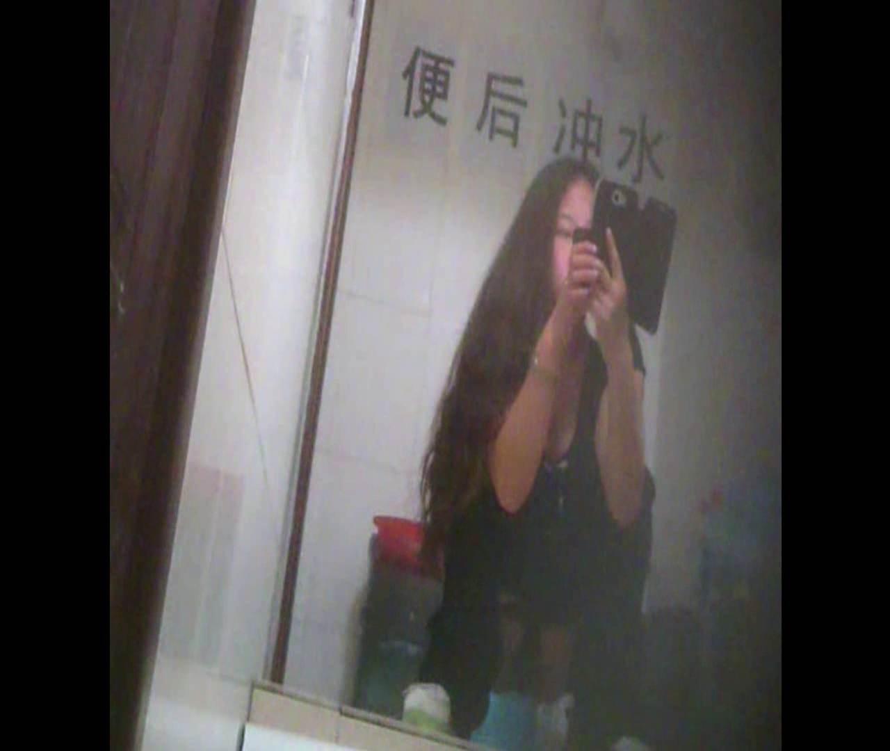 Vol.08 イケイケ風おねぇさんは用を足しながら携帯でお顔チェック! 洗面所  103PIX 73