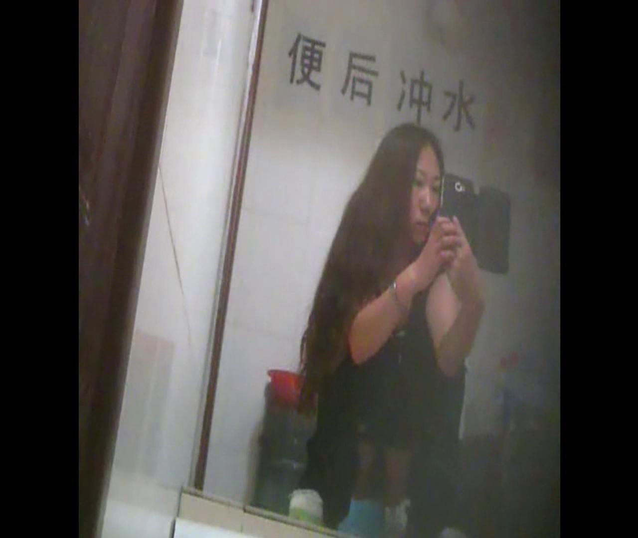 Vol.08 イケイケ風おねぇさんは用を足しながら携帯でお顔チェック! 洗面所  103PIX 79