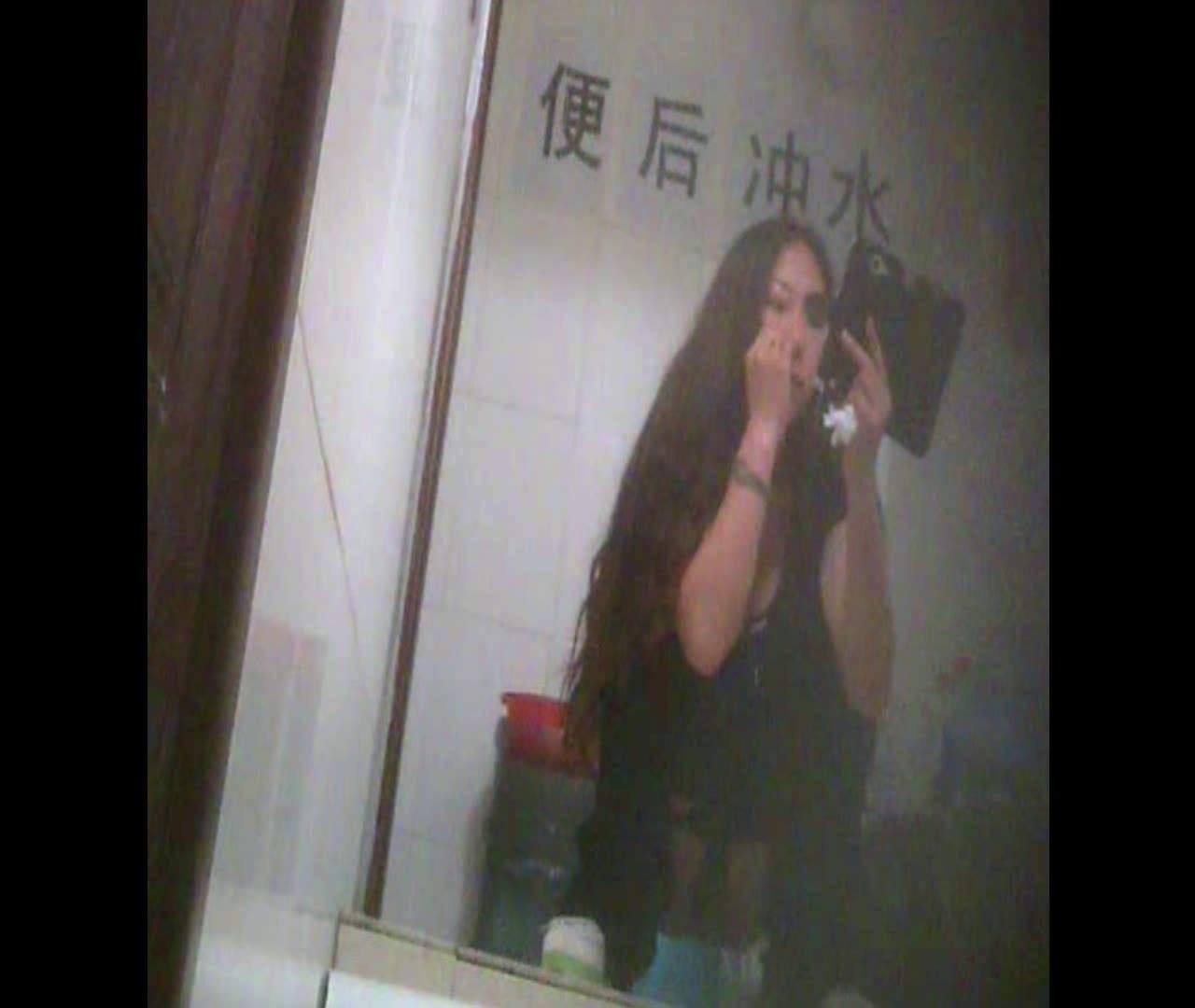 Vol.08 イケイケ風おねぇさんは用を足しながら携帯でお顔チェック! 洗面所  103PIX 88
