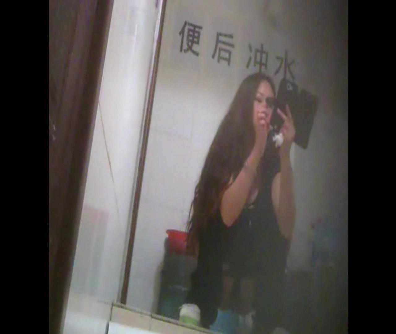 Vol.08 イケイケ風おねぇさんは用を足しながら携帯でお顔チェック! 洗面所  103PIX 89