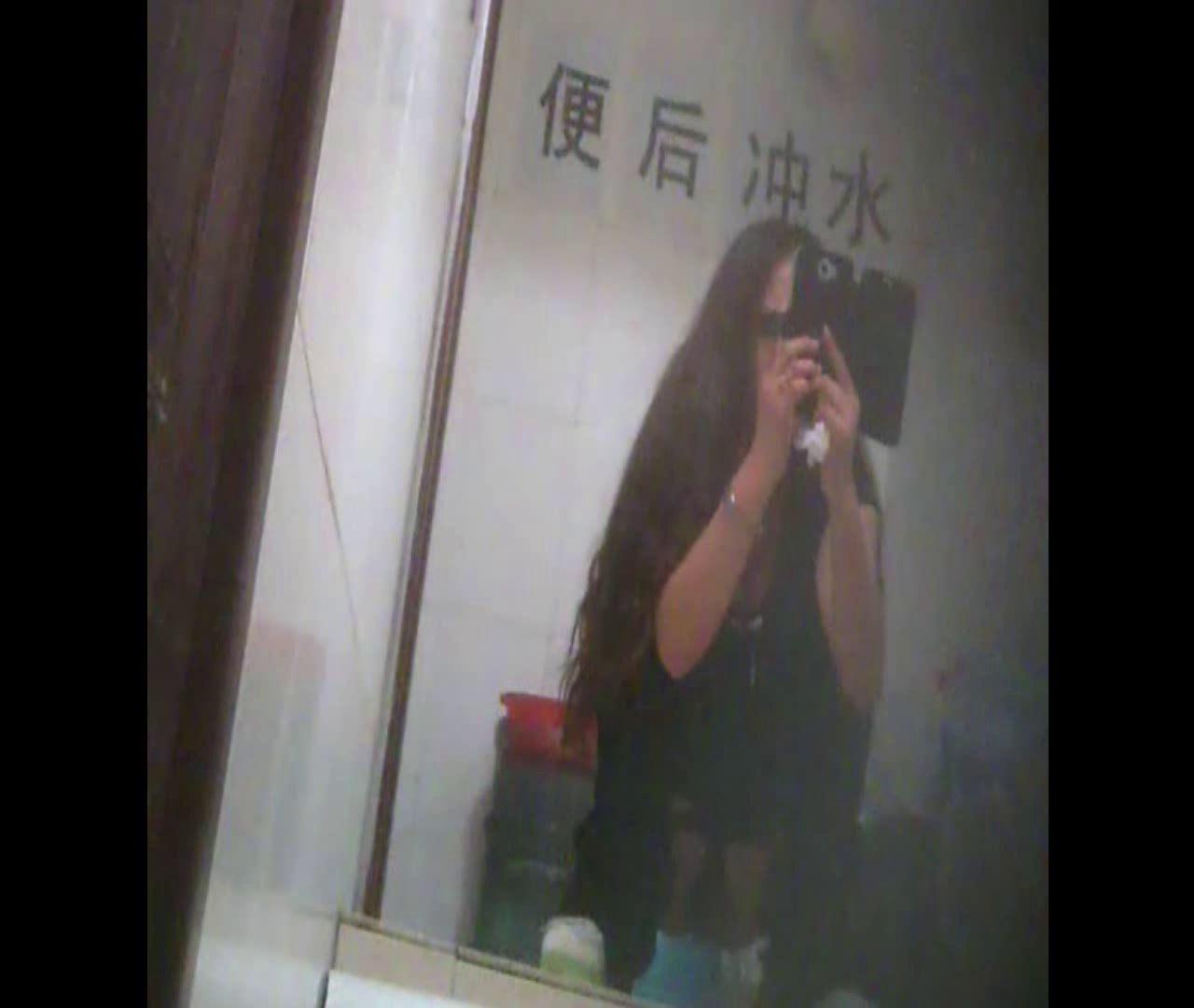 Vol.08 イケイケ風おねぇさんは用を足しながら携帯でお顔チェック! 洗面所  103PIX 92