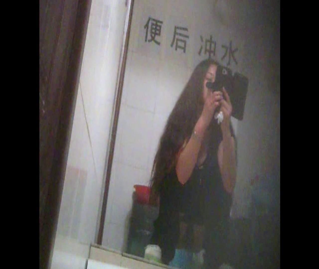 Vol.08 イケイケ風おねぇさんは用を足しながら携帯でお顔チェック! 洗面所  103PIX 93