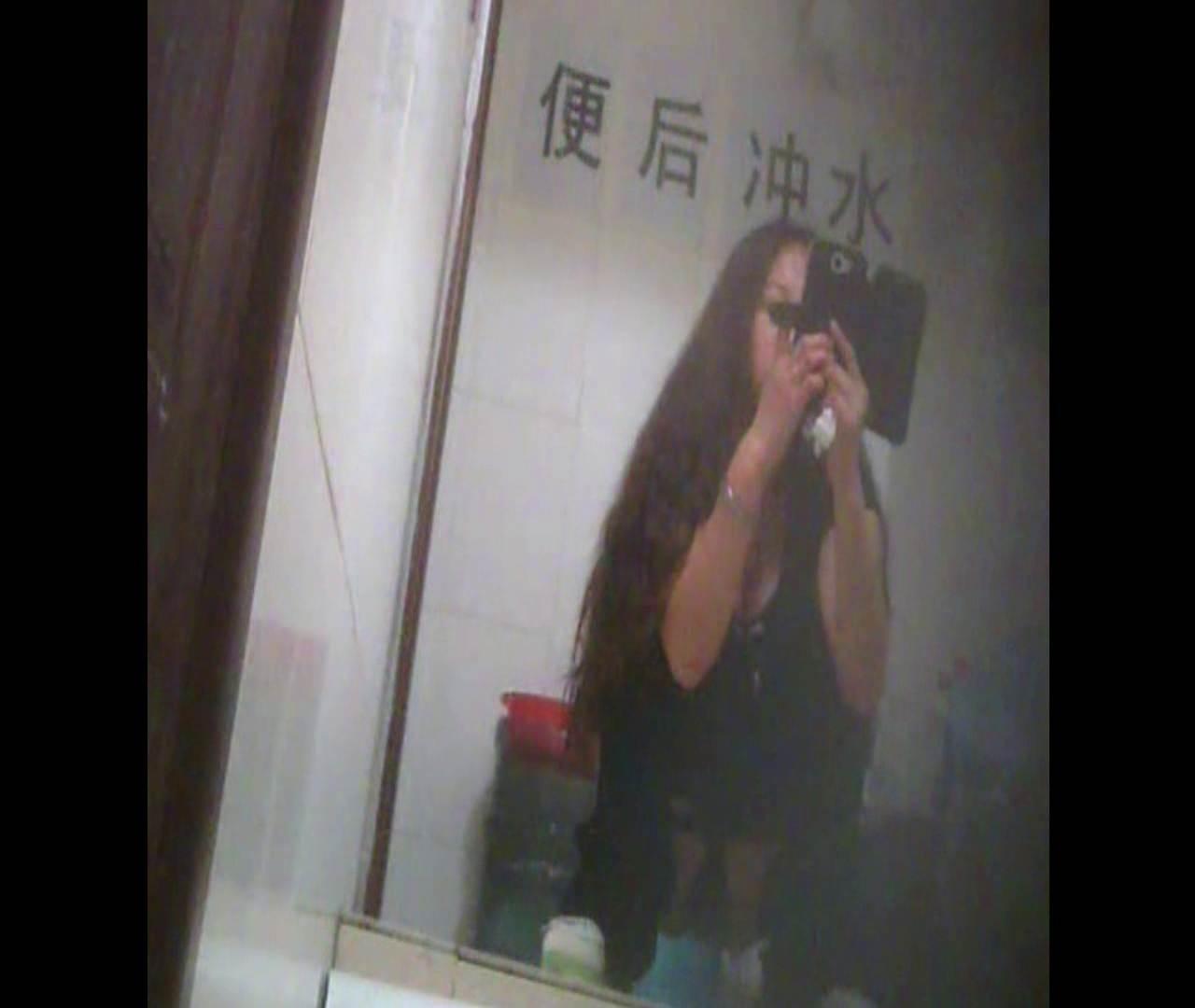 Vol.08 イケイケ風おねぇさんは用を足しながら携帯でお顔チェック! 洗面所  103PIX 94