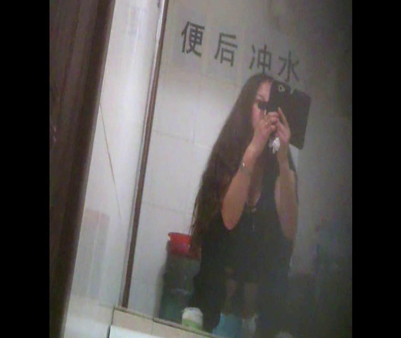 Vol.08 イケイケ風おねぇさんは用を足しながら携帯でお顔チェック! 洗面所  103PIX 95